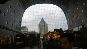 Il Mercato di Rotterdam ha vetri e appartamenti a cupola.