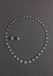 Parure appartenuta alla Regina d'Italia Margherita di Savoia composta da collana con 38 diamanti taglio cuscino e taglio vecchio del peso di circa 55 ct montata in oro rosa e argento. Orecchini con diamante del peso di 5,30 ct cadauno montati in oro rosa e argento.