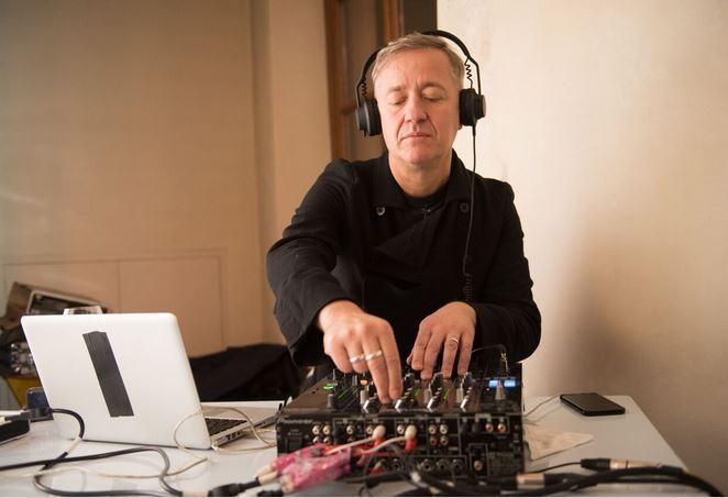 Max Casacci dei Subsonica ha suonato la musica per l'evento di IQos a Torino.