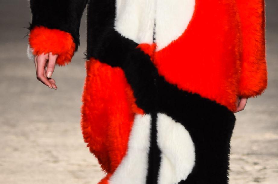 Le fake fur di Atsushi Nakashima con le stampe colorate per l'inverno 2017/2018.