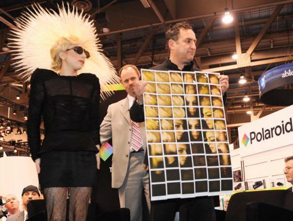 Maurizio Galimberti e Lady Gaga (foto dal profilo Facebook dell'artista).