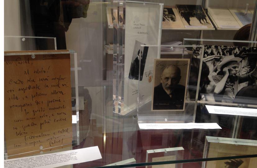 Da sinistra, autografi di D'Annunzio Pasolini Pirandello Fellini