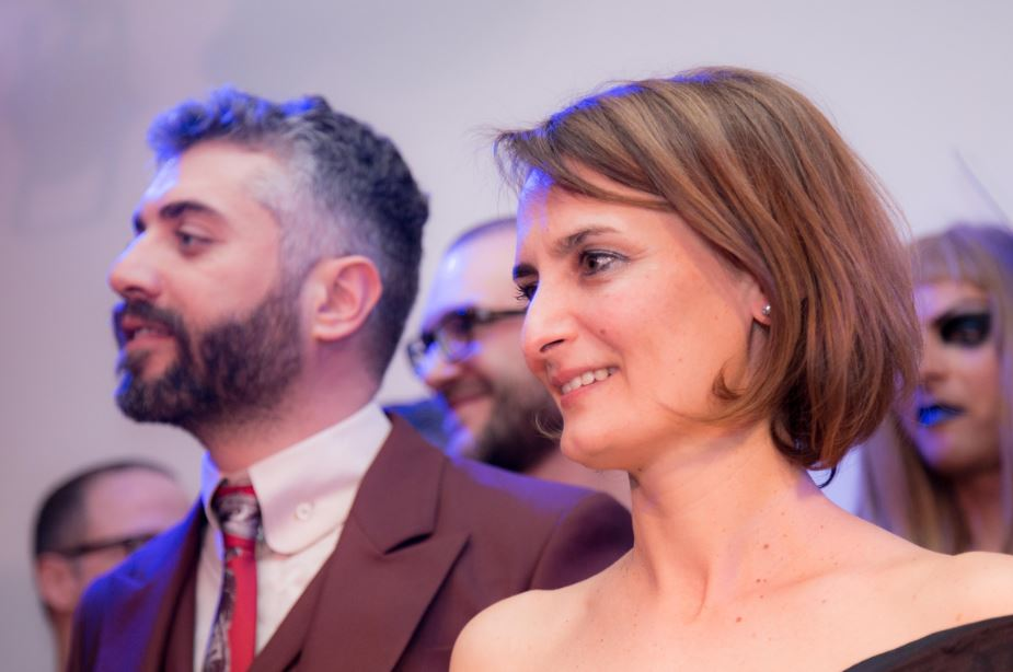 Come nei Festival blasonati: i valletti Carmelo e Chiara vestiti Vivienne Westwood.
