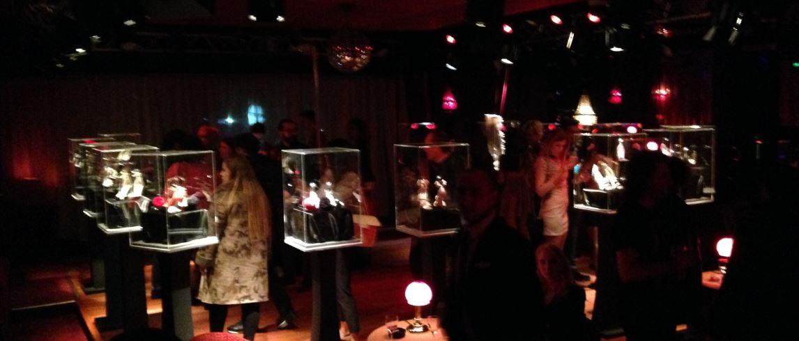 Un momento del party al sexy club di Milano dove Francesca Bellavita ha esposto le scarpe in teche illuminate. Sullo sfondo, lap e pole dance.