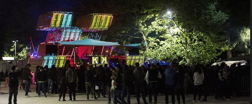 Un momento di aggregazione a Parco Sempione nel Fuorisalone 2016.