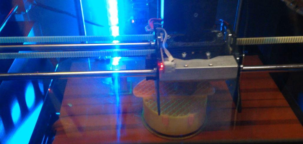 La stampante 3D in funzione alla Hyper Room di Milano per il Fuorisalone 2017.