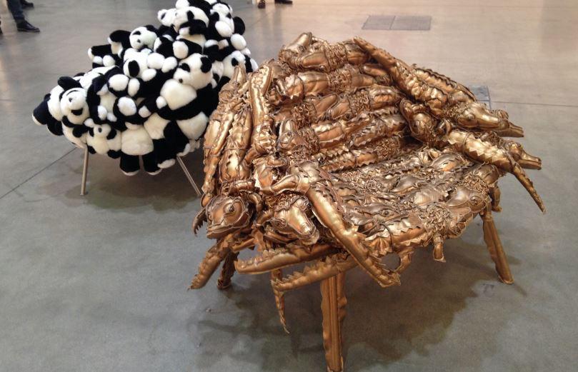 I fratelli Campana sono brasiliani e hanno realizzato queste opere su cui sedersi.