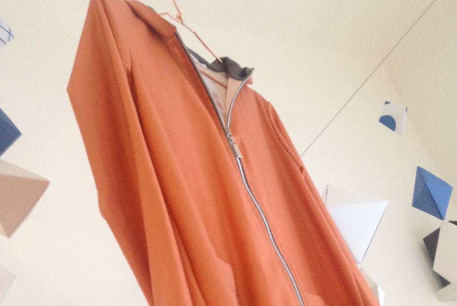 Filipari: appeso al soffitto c'è un leggero soprabito di marmo.