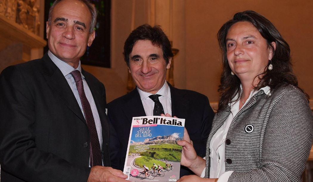 Andrea Monti (La Gazzetta dello Sport), Urbano Cairo (presidente Cairo Editore) ed Emanuela Rosa Clot (Bell'Italia) mostrano il numero celebrativo del mensile di viaggi.