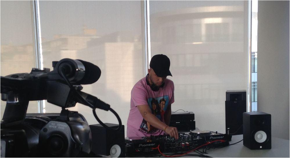 """Il dj e produttore Jax Jones alla Universal Music di Milano durante il dj set """"in the office"""". (Foto: The Way Magazine)"""