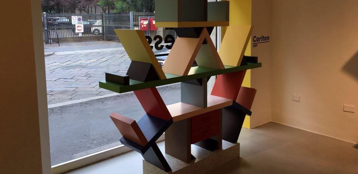 La libreria Carlton (1981) è in plastica laminata e cuore di legno. Lanciata nel 1981 era la capostipite di tutte le divisorie di ambienti dell'epoca.