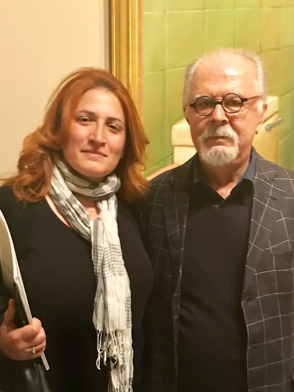 La nostra inviata Camilla Di Biagio posa con l'artista Fernando Botero.