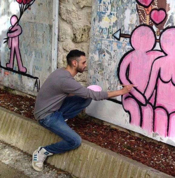 Aluà esce di notte per attaccare con la colla i suoi omini rosa ai muri di Milano. Ma è anche pittore di tele.