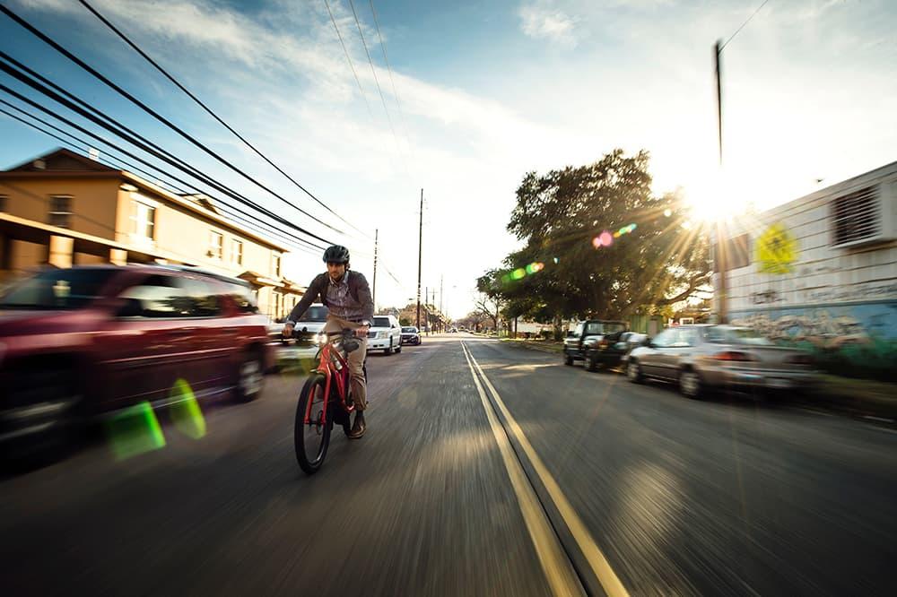 Le ebike stanno diventando un modo sempre più sicuro, comodo e green per muoversi dentro le grandi città.