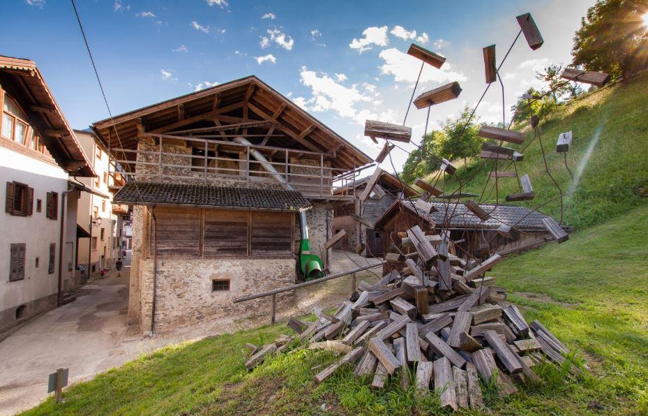 Le cataste di legno come forma d'arte. Succede a Mezzano di Primiero in Trentino.