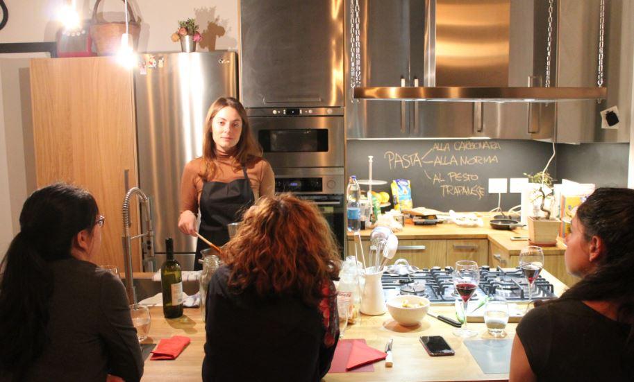 Anna Buffa organizza corsi di cucina per aggregare, conoscere e divertirsi imparando a cucinare.