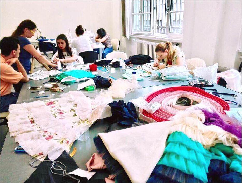 I preparativi per la sfilata dell'Accademia del Lusso, a Milano il 13 giugno.