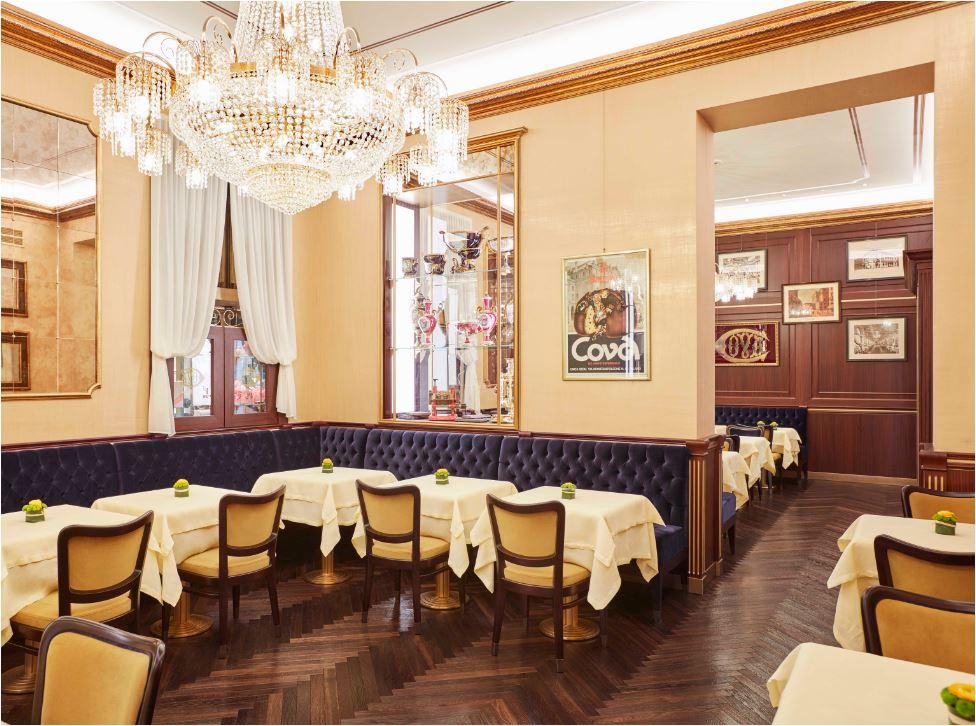 L'eleganza fuori dal tempo degli interni di Cova a via Montenapoleone a Milano.