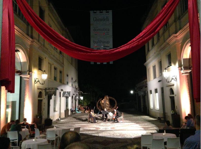 I cortili del Sentierone in centro a Bergamo trasformati in teatri a cielo aperto.
