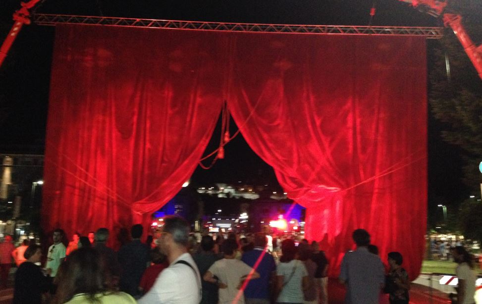 L'enorme sipario a Porta Nuova a Bergamo ha fatto da ingresso alla Donizetti Night.