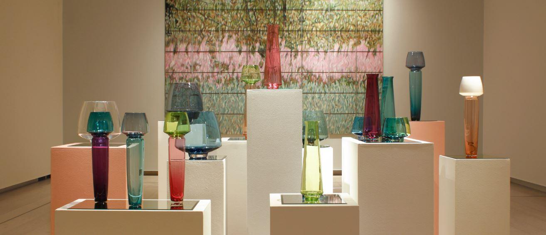 Installazione con quadro Silver Field with Willowherbs. Con il lavoro a vetro di Markku Piri