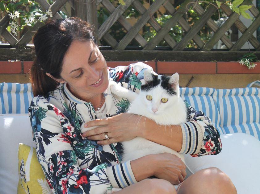 Petra Loreggian fotografata sulla terrazza di casa sua col suo gatto. Ha un forte legame col suo quartiere, NoLo, a Milano. (foto: Christian D'Antonio - The Way Magazine).
