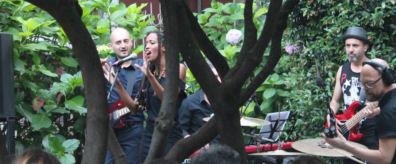Vhelade, Fabio Merigo e la loro band cantano nel giardino di Casa Fornasetti a Milano inoccasione dell'uscita del disco AfroSarda (foto: Christian D'Antonio)