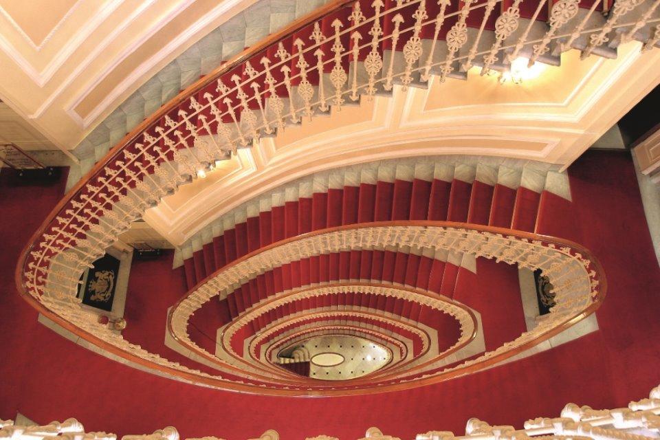 La scala Liberty dell'Hotel Bristol di Genova.