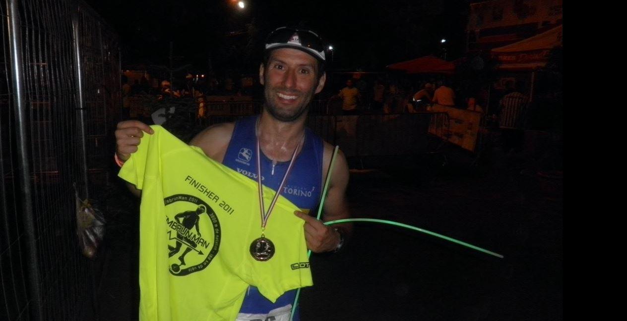 Matteo Salvo campione di memoria e triatleta, qui ritratto durante una gara Ironman.