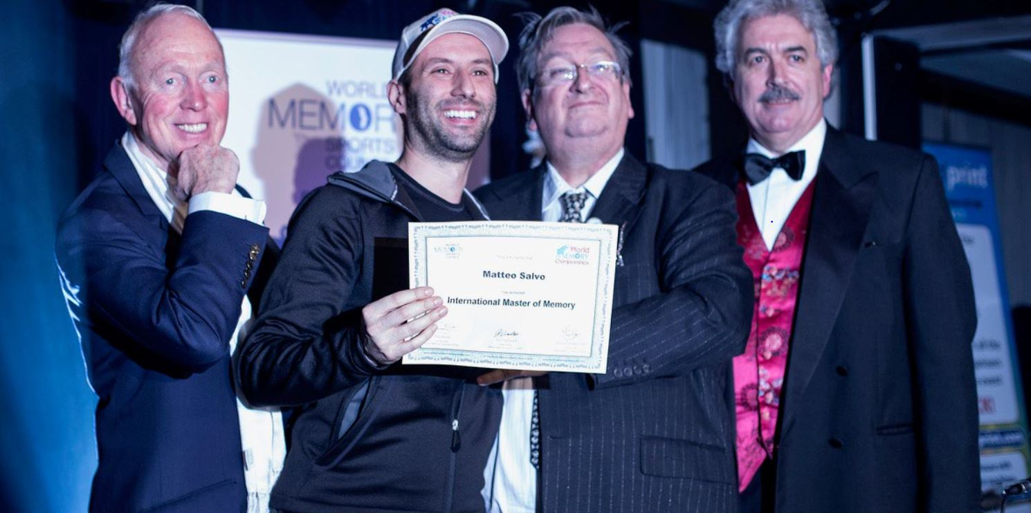Matteo Salvo alla la consegna del titolo di International Master of Memory al campionato mondiale di memoria di Londra del 2013