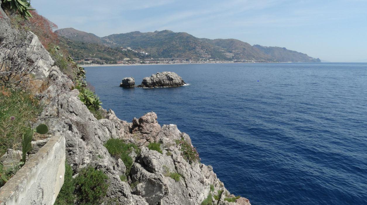 Il progetto di recupero de Le Rocce in Sicilia riparte con mostre fotografiche.