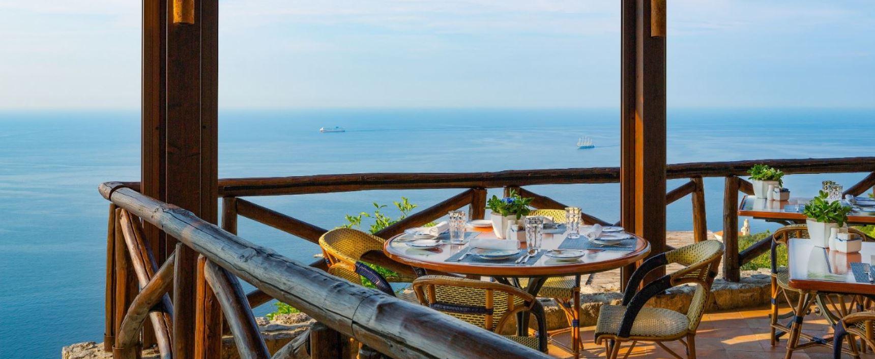La terrazza del Monastero Santa Rosa domina il golfo di Salerno con una vista impareggiabile.