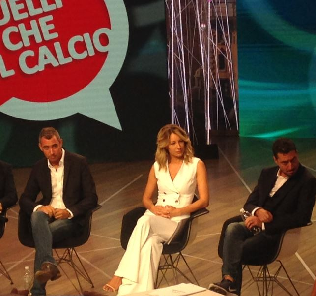 Luca e Paolo con al centro Mia Ceran alla presentazione stampa di Quelli Che Il Calcio alla Rai di Milano (foto: The Way Magazine).