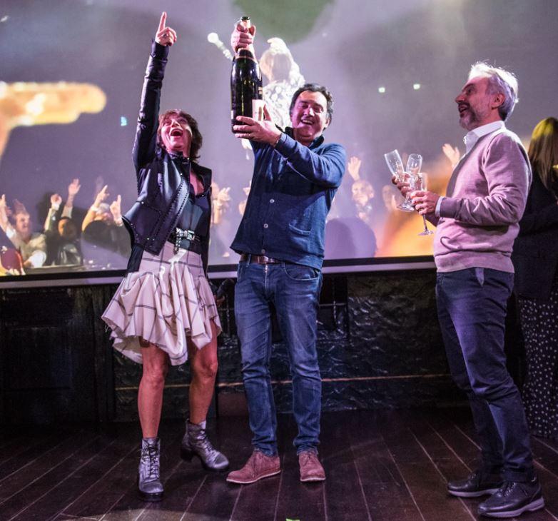 Gianna Nannini stappa la bottiglia di Moët & Chandon alla festa per il lancio di Amore Gigante. Con lei sul palco Andrea Rosi di Sony e Ferdinando Salzano di F&P Group.