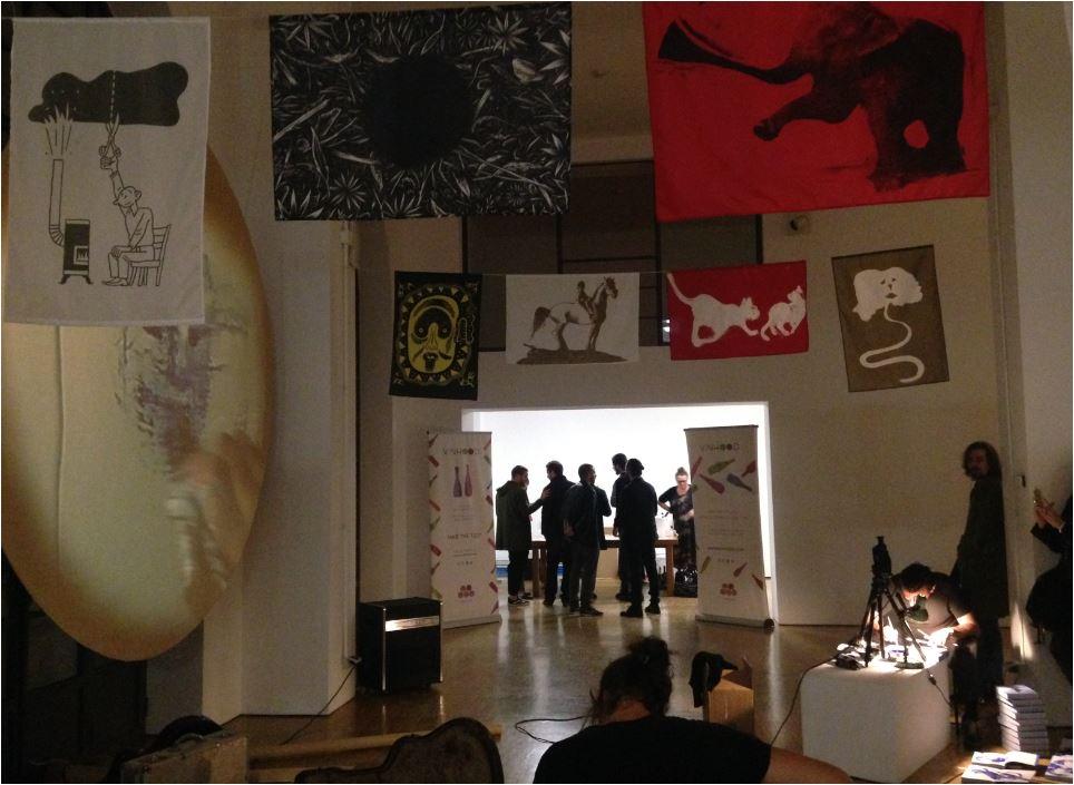 Stefano Ricci disegnava sui cataloghi della galleria Il Vicolo e la sua performance veniva proiettata in video sulle note live della chitarra di