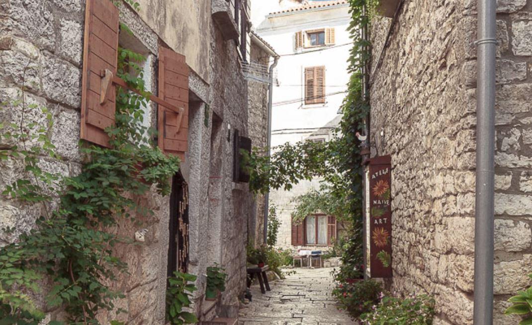 Valle, Bale in croato, ha origini romane. Si chiamava Castrum Vallis, poi di dominio veneziano.
