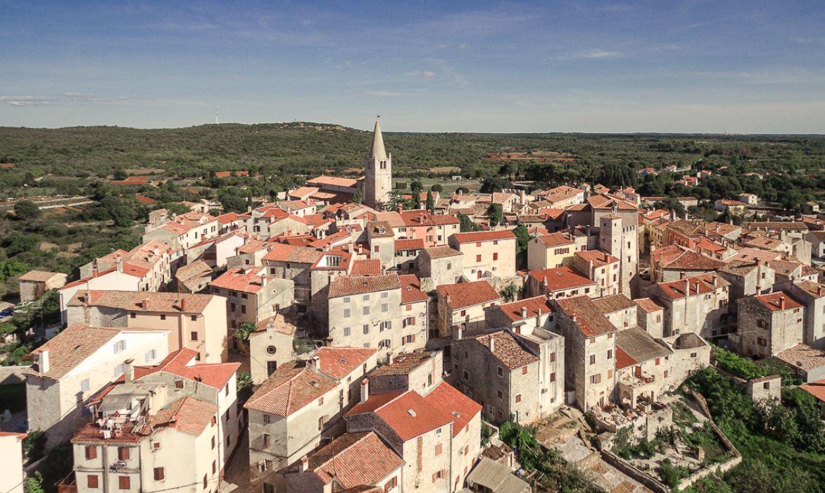 Il paese di Valle in Croazia visto dal drone.