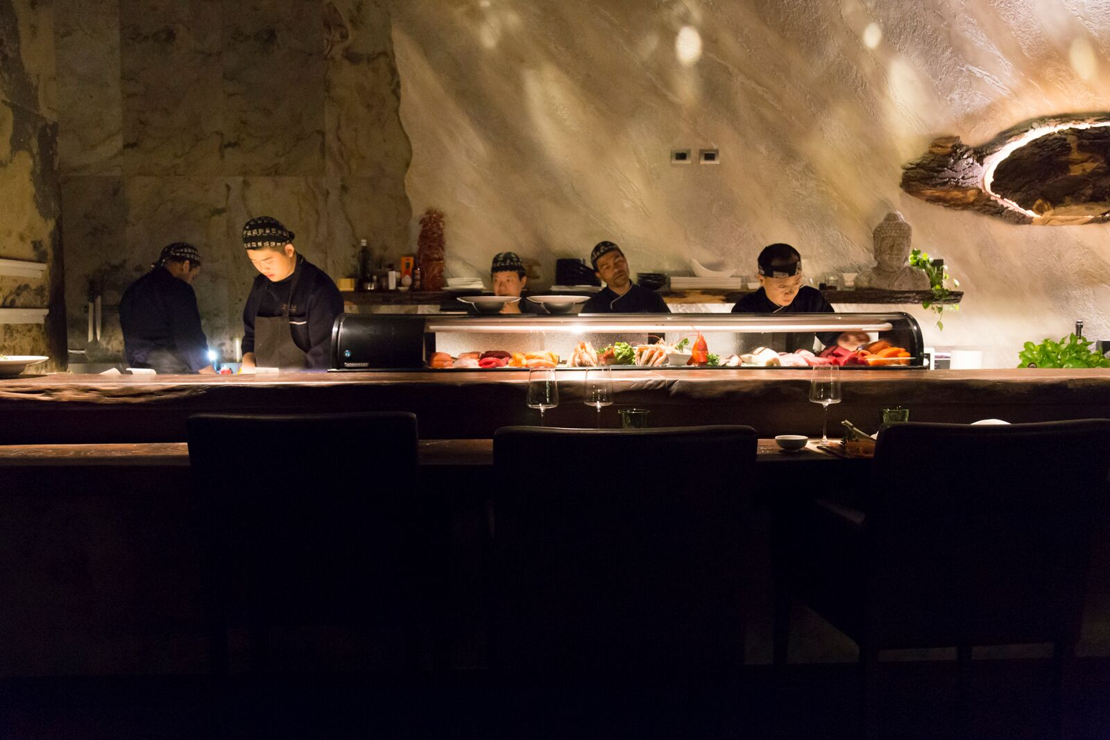 Due chef, un bancone scenografico al ristorante Mu Fish.