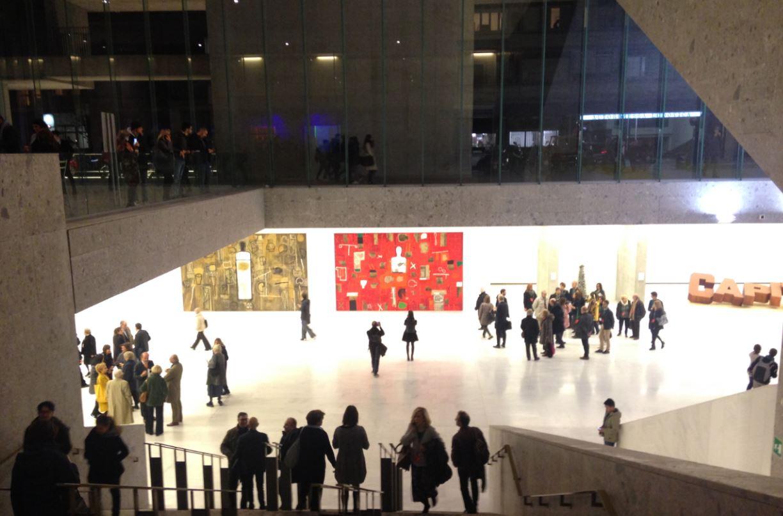 Gli immensi spazi del nuovo edificio Bocconi con lo sfondo delle opere di Mimmo Paladino.