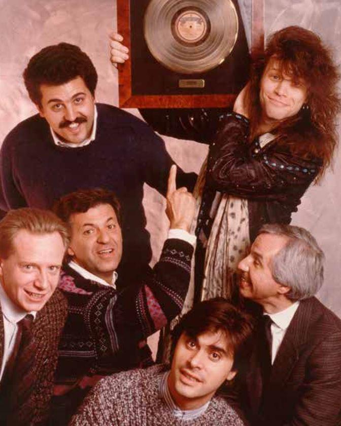 Claudio Trotta con i Bon Jovi all'epoca del primo tour italiano con il disco d'oro dalla Polygram.