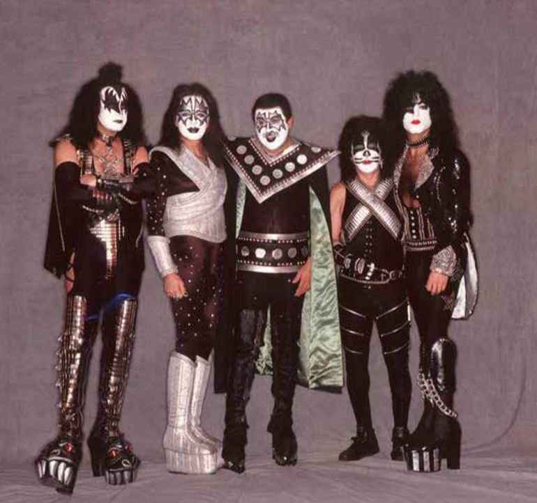 Vestito come i Kiss: Claudio Trotta ha il vero spirito da rocker. Ha riportato la band sul palco riunita nel 2015.