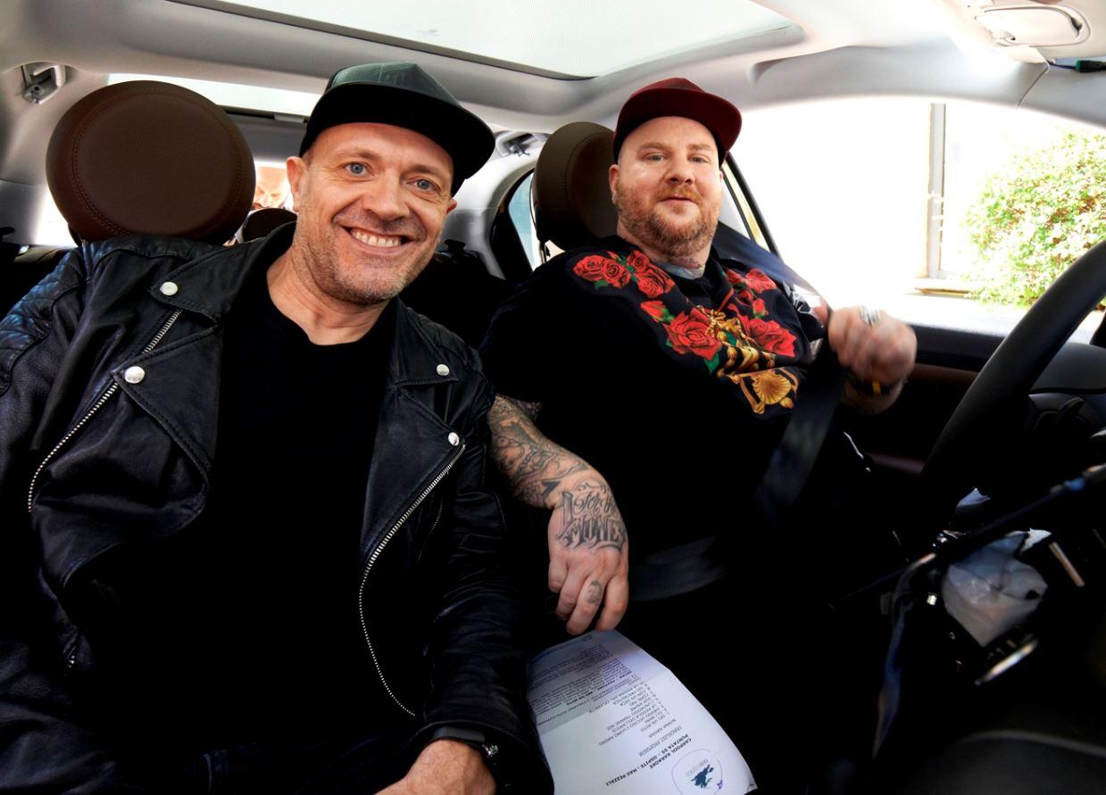 Max Pezzali con Jake La Furia in una puntata di Carpool Karaoke andata in onda nel 2017. I due hanno duettato nel 2012 in Con Un Deca.