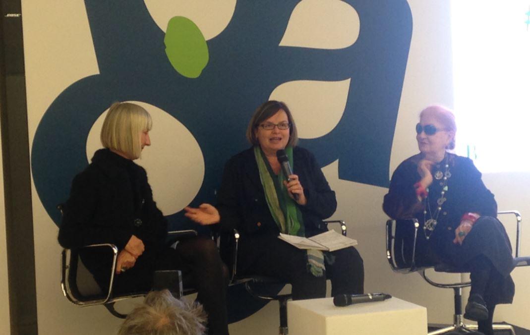 La giornalista seduta tra Regine Schumann e Maria Mulas.