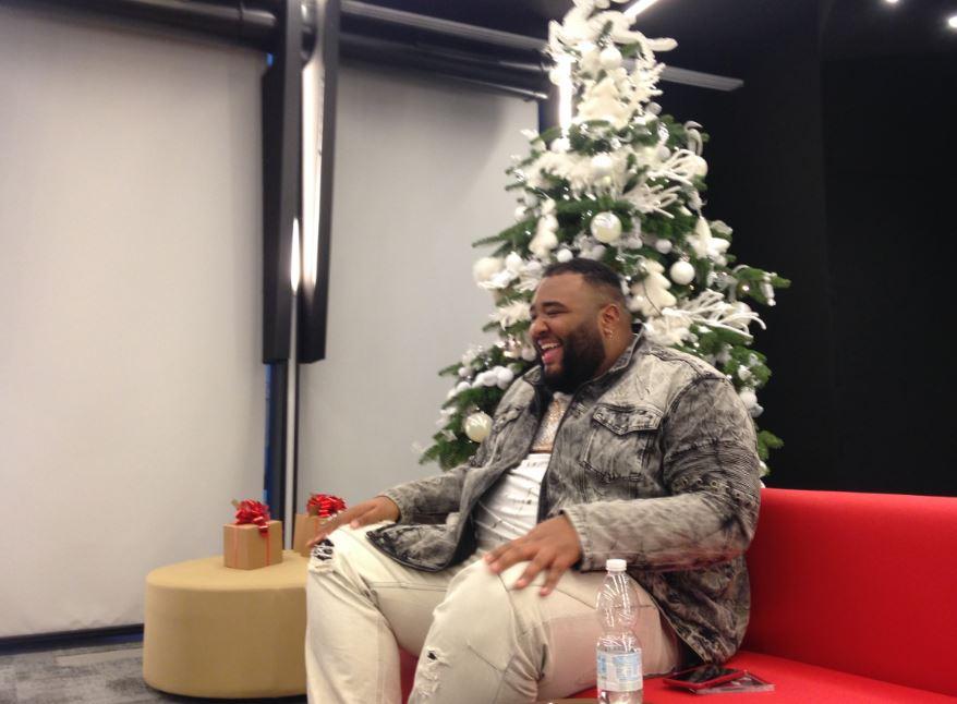 Sergio Sylvestre durante l'intervista con The Way Magazine per l'uscita di Big Christmas.