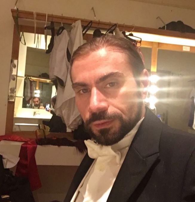 Simone Liconti ha scattato per The Way Magazine questo selfie in camerino prima di andare onstage, in tour in Asia.
