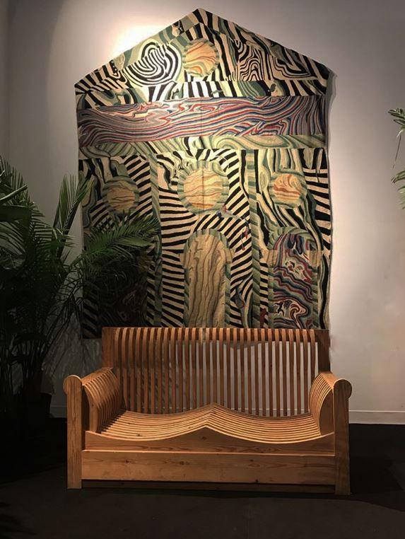 Divano di Mario Ceroli e Tappeto alla parete di Nanda Vigo, due quintessenze del design italiano del Novecento.