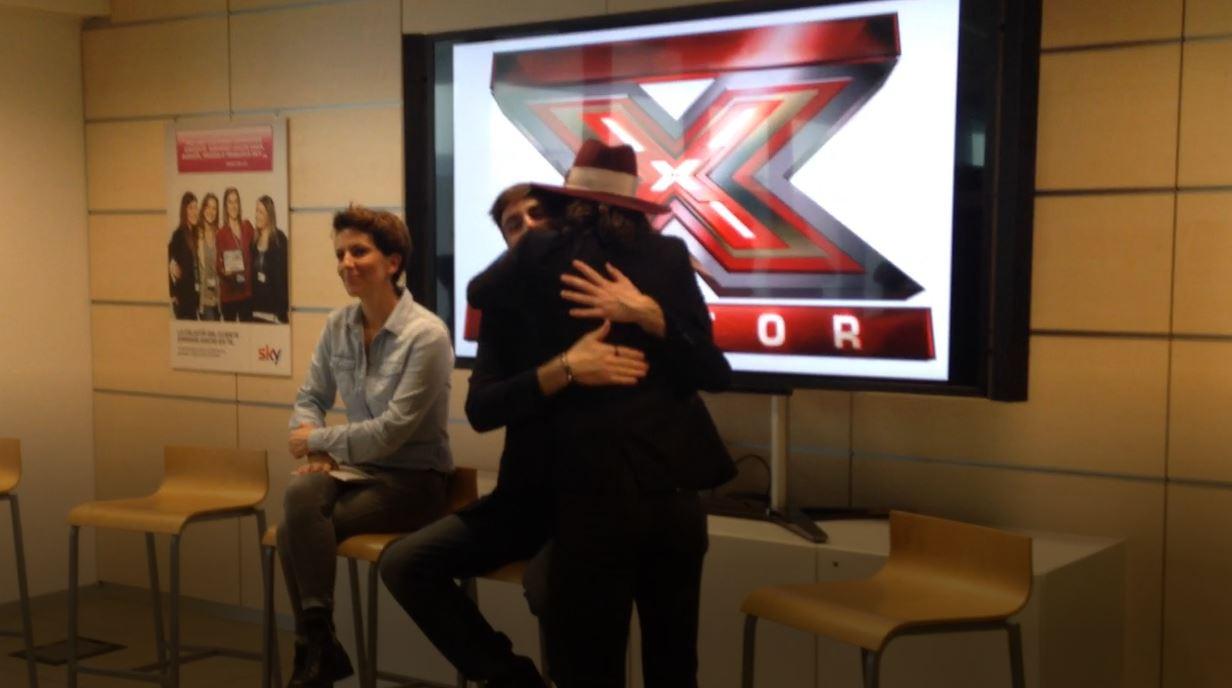 Damiano dei Maneskin abbraccia Lorenzo Licitra all'indomani della vittoria a X Factor 11. Tra i due nessuna rivalità.