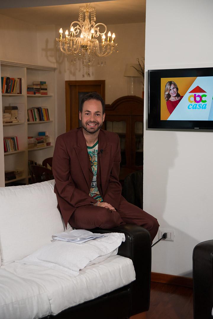 Damiano Gallo, nato nel 1981 in Sicilia, dal 2000 è a Milano. Conduce due programmi tv su 7 Gold e ha la sua società immobiliare, Porta Nuova Estates Srl.