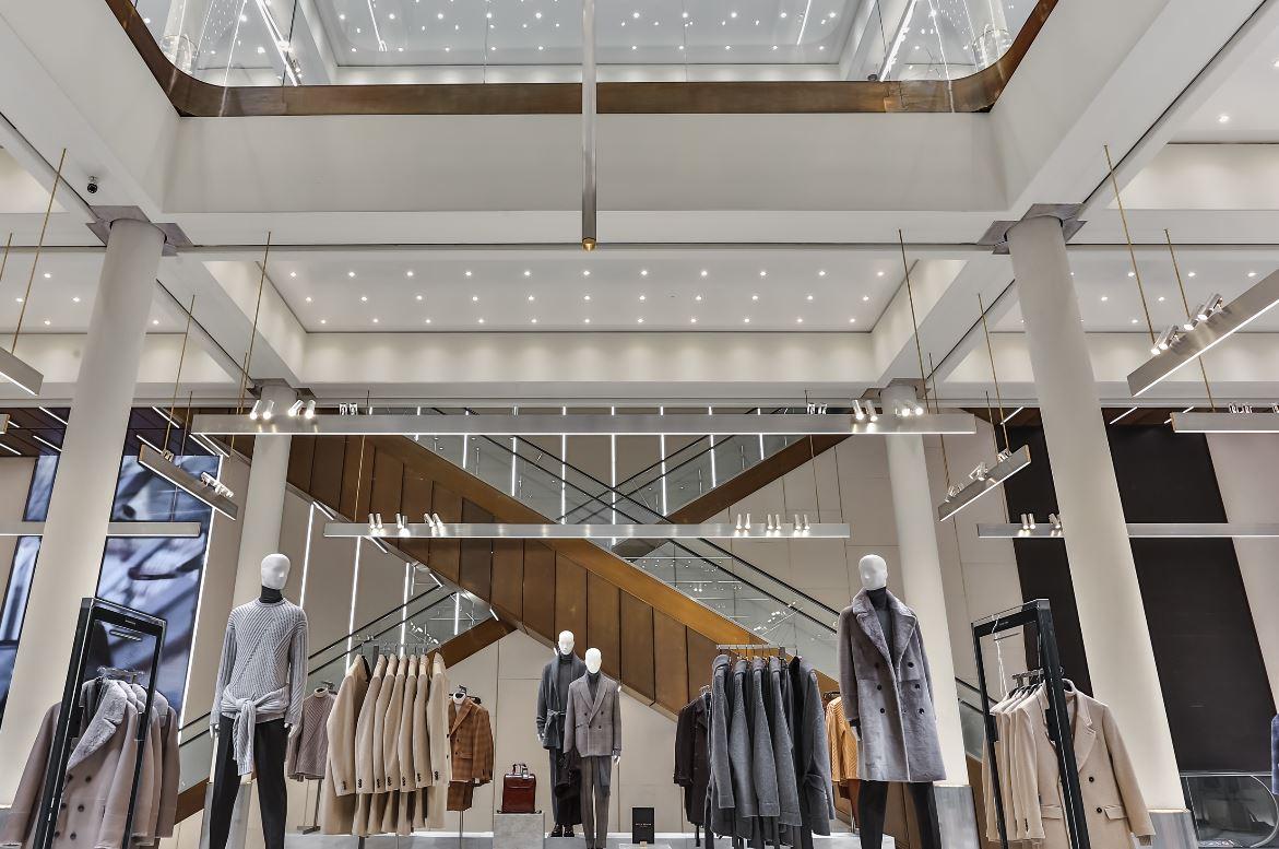 Zara riapre circa 1000 metri quadri al numero 13 di Corso Vittorio Emanuele, ampiamente riconosciuto come una delle vie più rilevanti dello shopping nel mondo.
