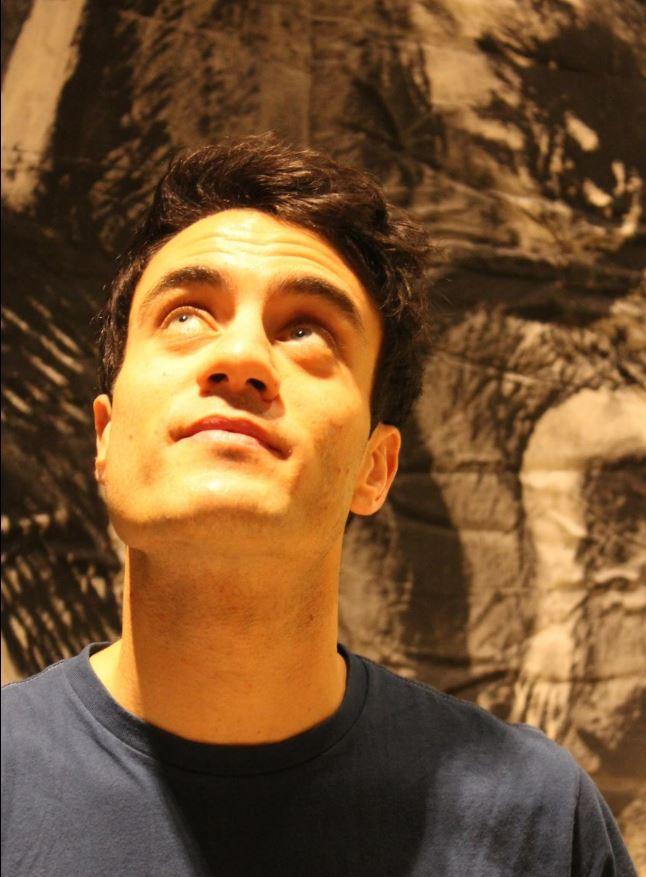 Alessandro Bruni Ocaña in posa per The Way Magazine davanti al'opera di Sergio Battarola.